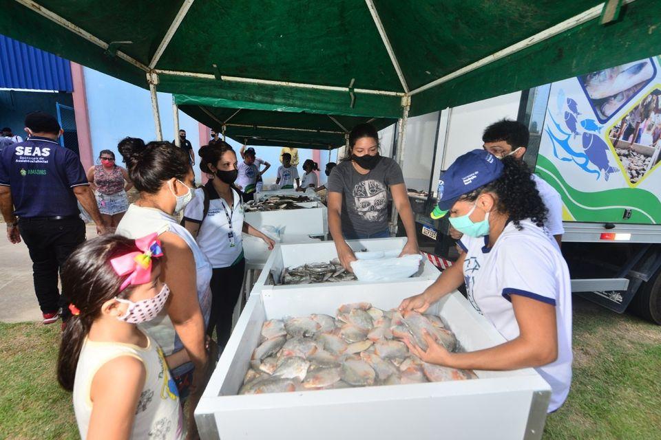 'Peixe no Prato' leva 2 toneladas de pescado ao Armando Mendes