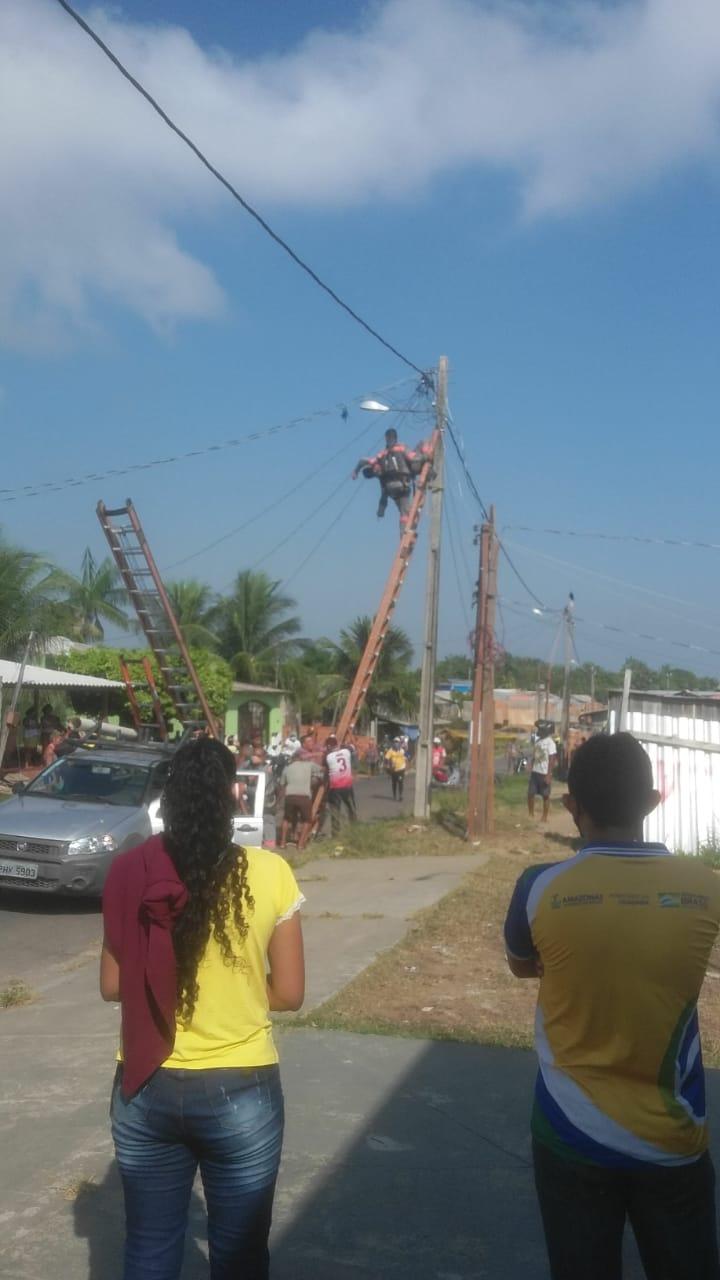 Funcionário da Amazonas Energia sofre descarga elétrica e fica suspenso em poste