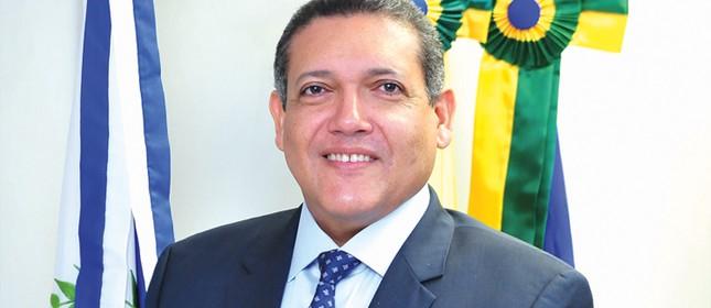 Bolsonaro escolhe desembargador católico para vaga no STF