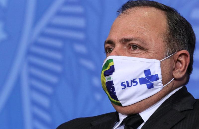 Pazuello, já na esquerda de Bolsonaro, pode estar com coronavírus