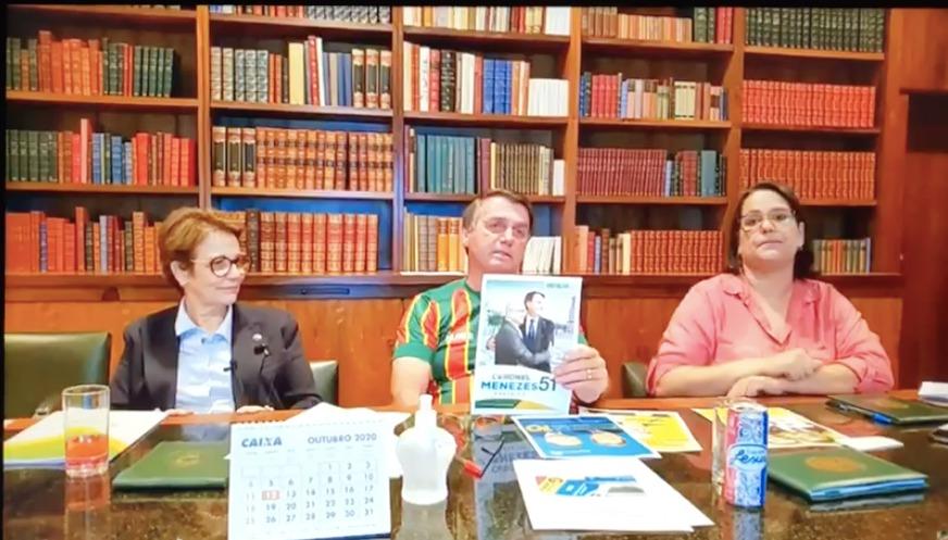 "Bolsonaro exibe ""santão"" e pede voto para Coronel Menezes"