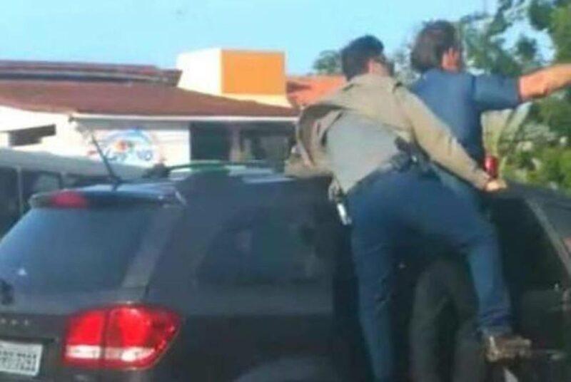 Bolsonaro é xingado enquanto andava pendurado na porta de carro em Macapá