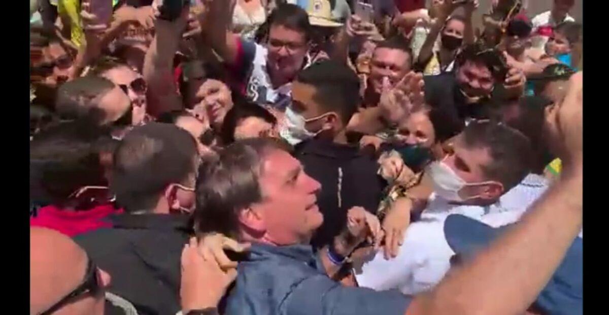 Apesar da pandemia, Bolsonaro volta a causar aglomerações