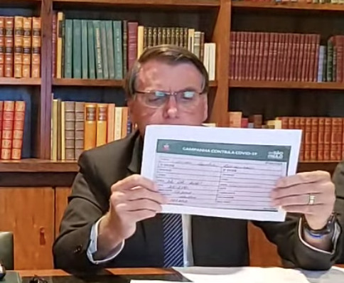 Mãe de Bolsonaro toma vacina chinesa, mas ele diz que foi Oxford