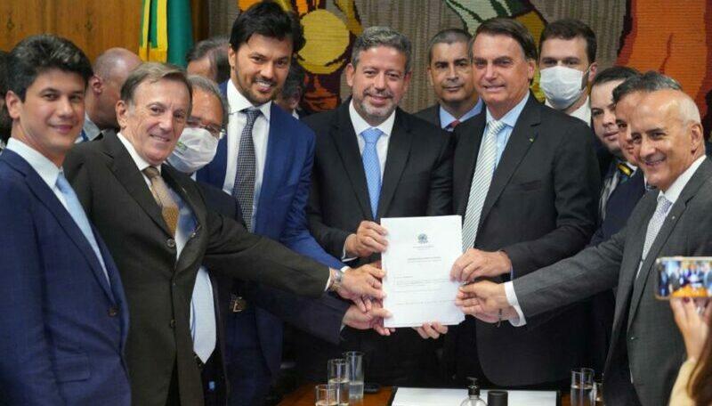 Bolsonaro entrega a Lira proposta de privatização dos Correios