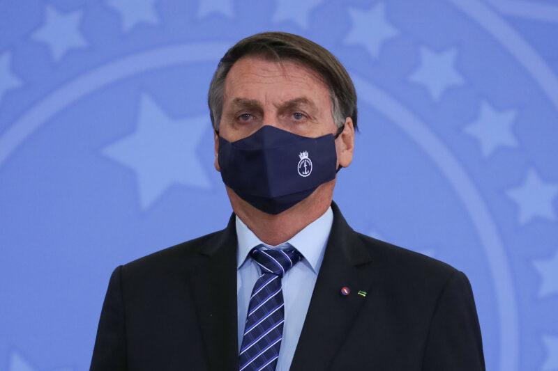 Bolsonaro chama senador do AP de b. e quer sair na porrada com ele