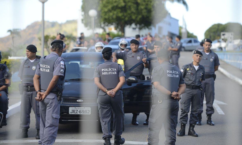 Comando da PM cai por se vacinar antes de policiais da linha de frente