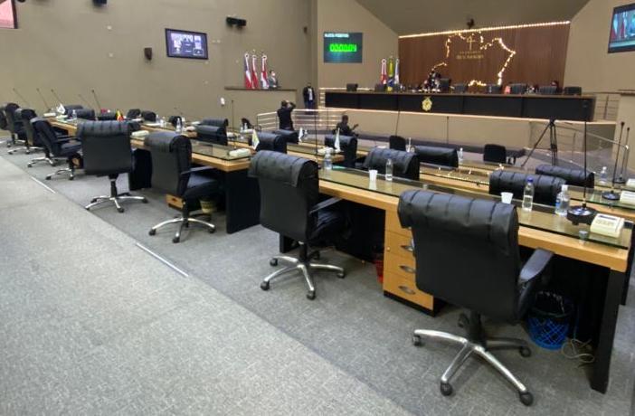 Deputados deixam colega falando só na tribuna da ALE-AM