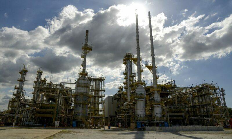 Petrobrás anuncia redução de 4,95% no preço da gasolina neste sábado