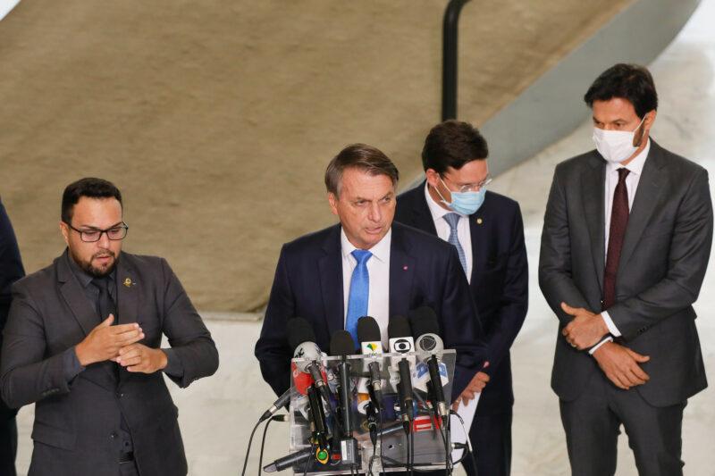 'Nosso Exército' não vai para a rua por isolamento, diz Bolsonaro