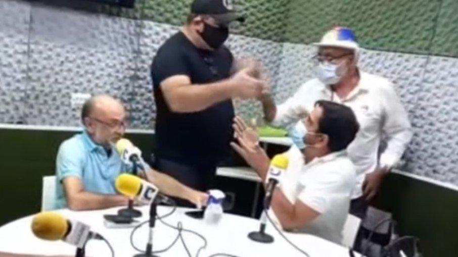 Homens invadem rádio e ameaçam locutor que criticou Jair Bolsonaro