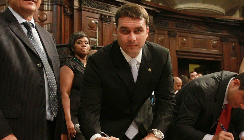 MP investiga empréstimo a Flávio Bolsonaro para comprar mansão
