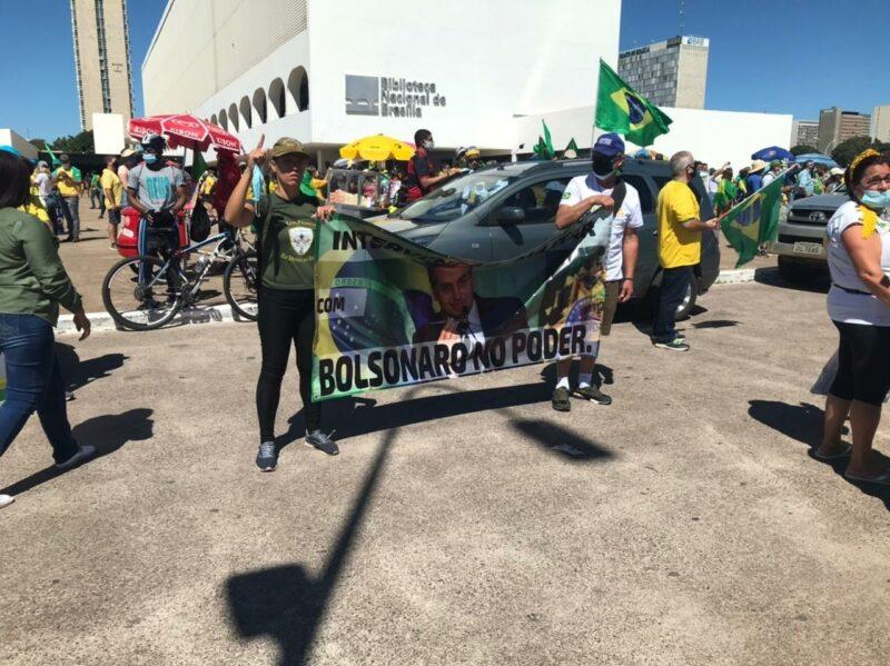 Grupo protesta contra decisão do STF de suspender cultos