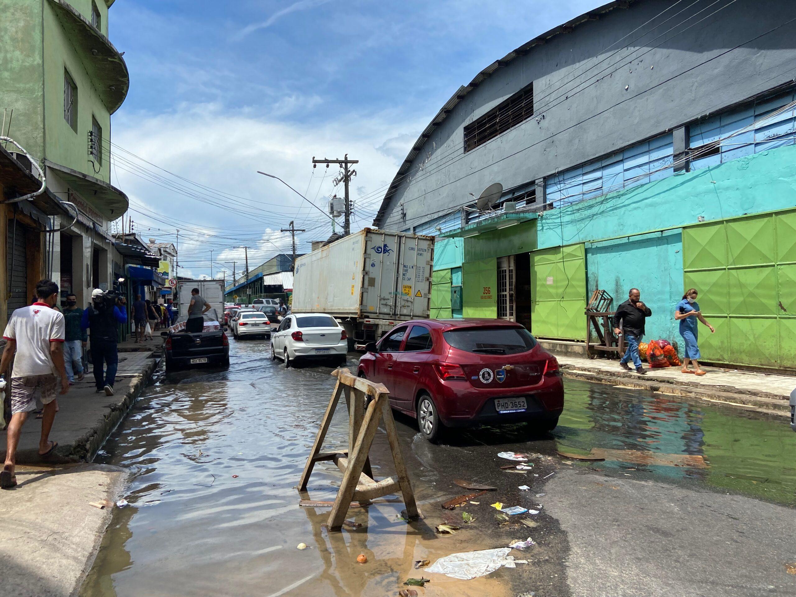 Cheia do rio Negro começa a alagar ruas do centro antigo de Manaus