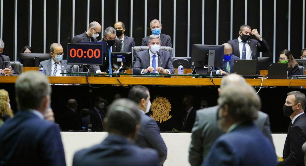 Deputados revogam Lei de Segurança Nacional; falta Senado votar