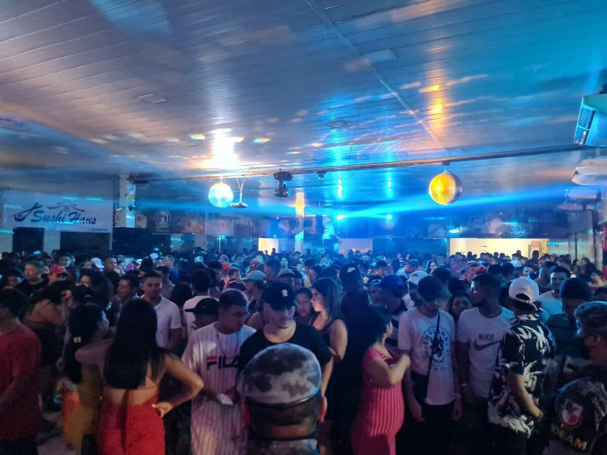 Polícia interrompe festa clandestina com mais de 500 pessoas em Coari