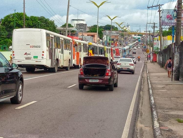 Rodoviários paralisam ônibus em Manaus cobrando vacina contra covid