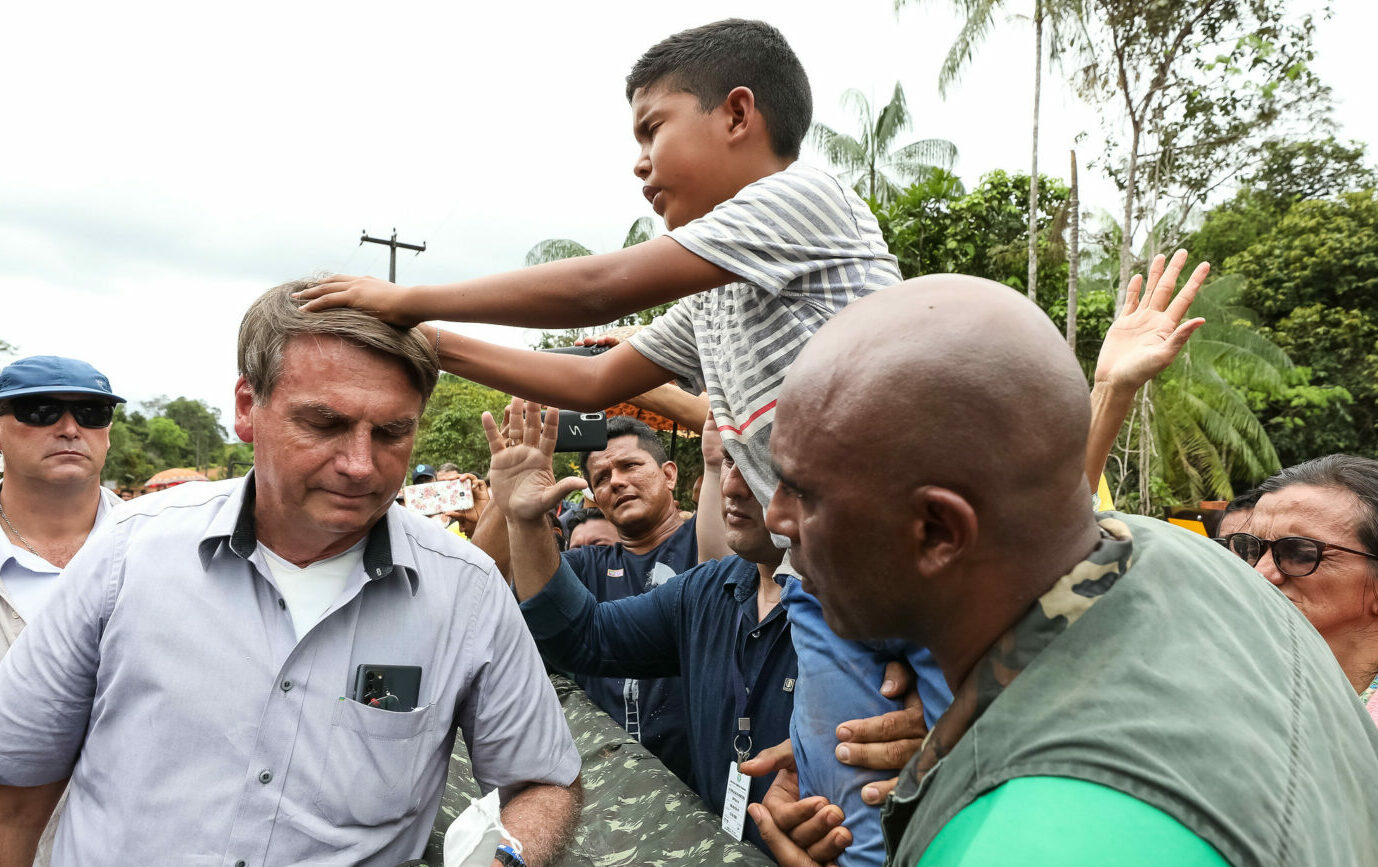 Bolsonaro volta a atacar vacinas e divulga fake news sobre o tema