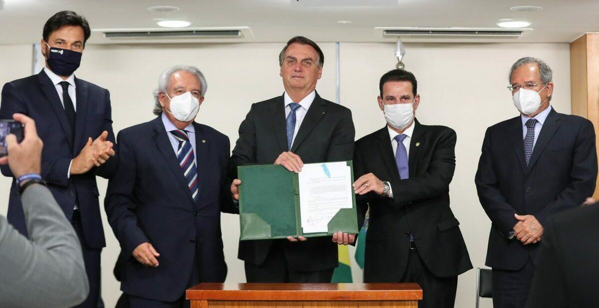 Bolsonaro veta trechos do projeto que amplia acesso à internet