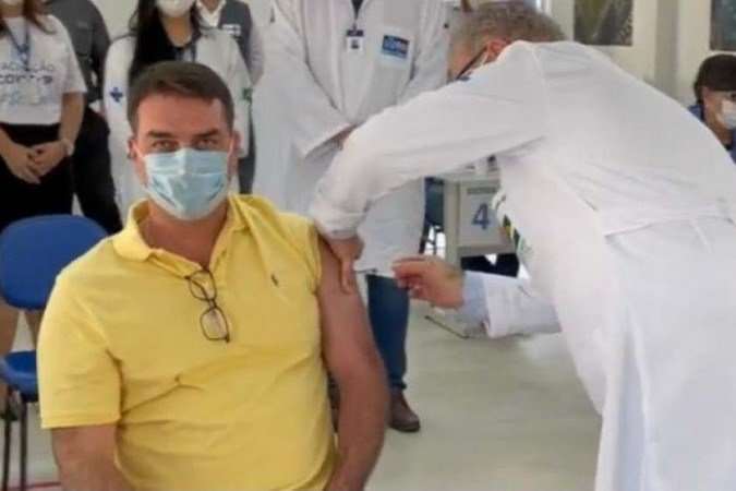 'Obrigado ao negacionista', ironiza Flávio Bolsonaro ao ser vacinado