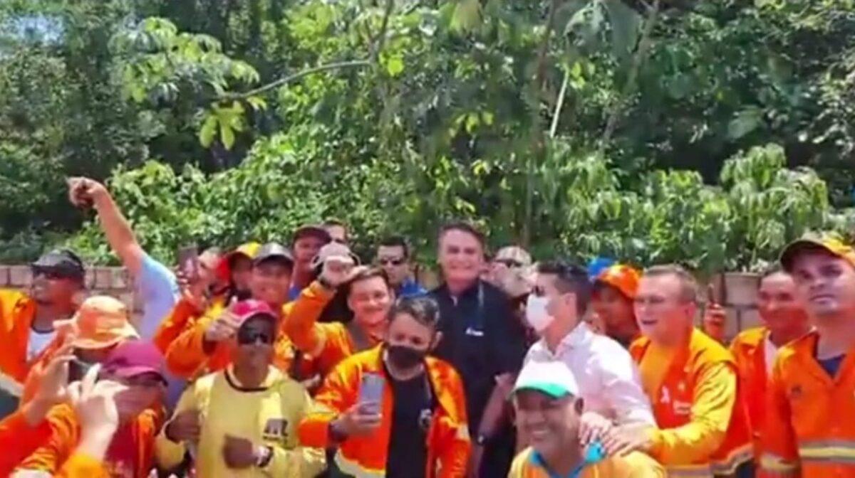 Em Manaus, Bolsonaro para carreata e bate-papo com garis