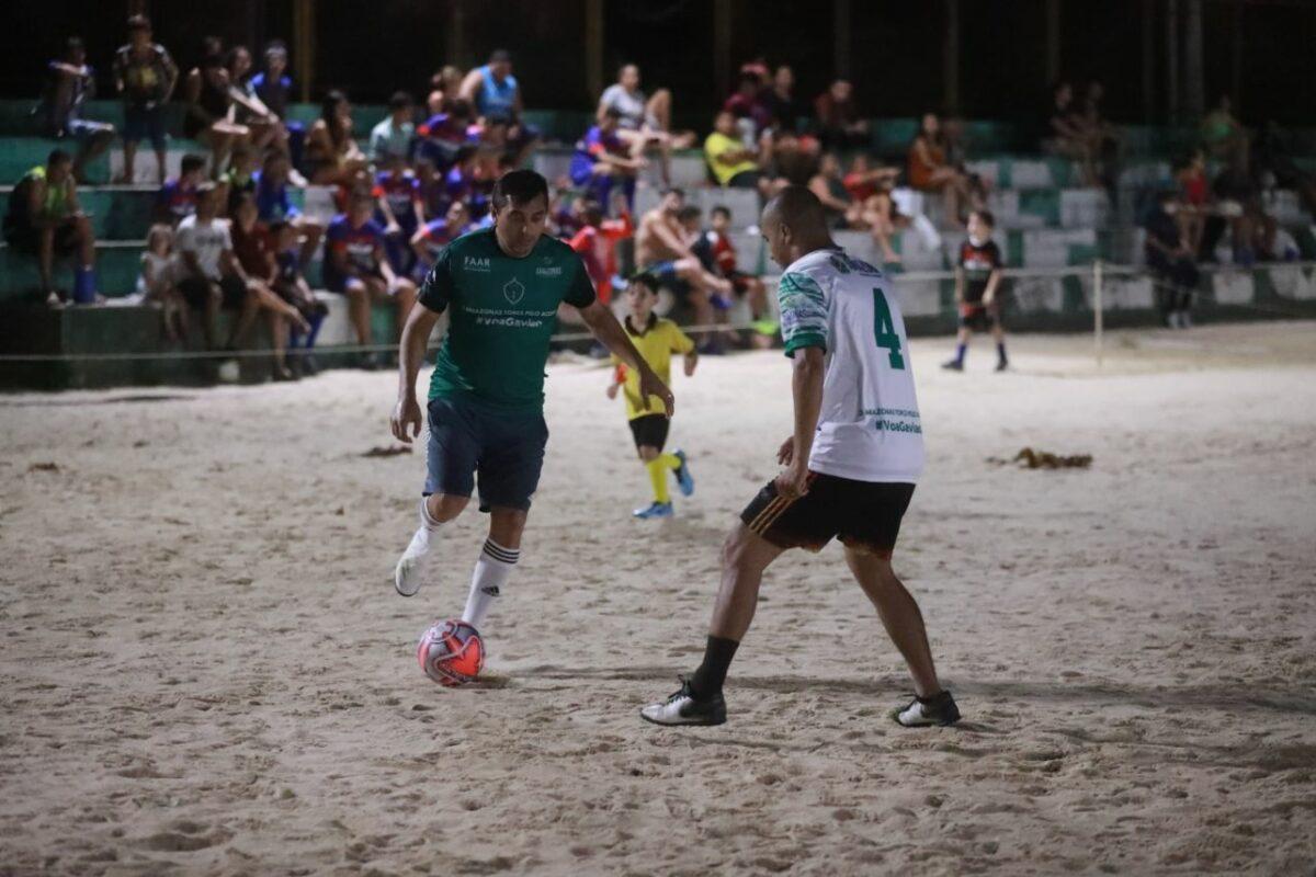 Wilson Lima joga bola na periferia de Parintins