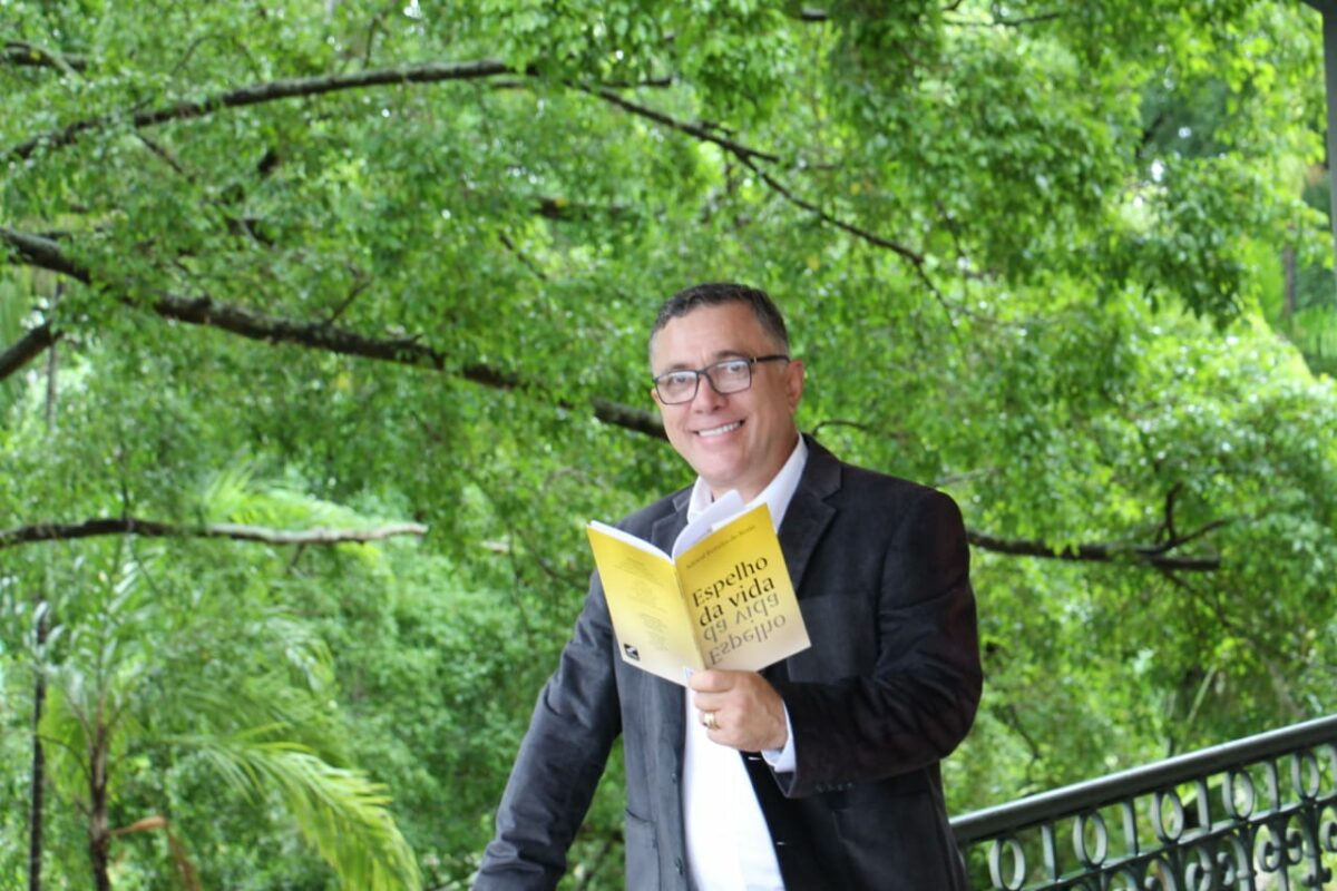 Adewal do Norte lança livro 'Espelho da Vida' em noite de autógrafos em Manaus